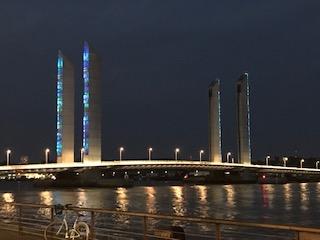 Le pont Chaban illuminé