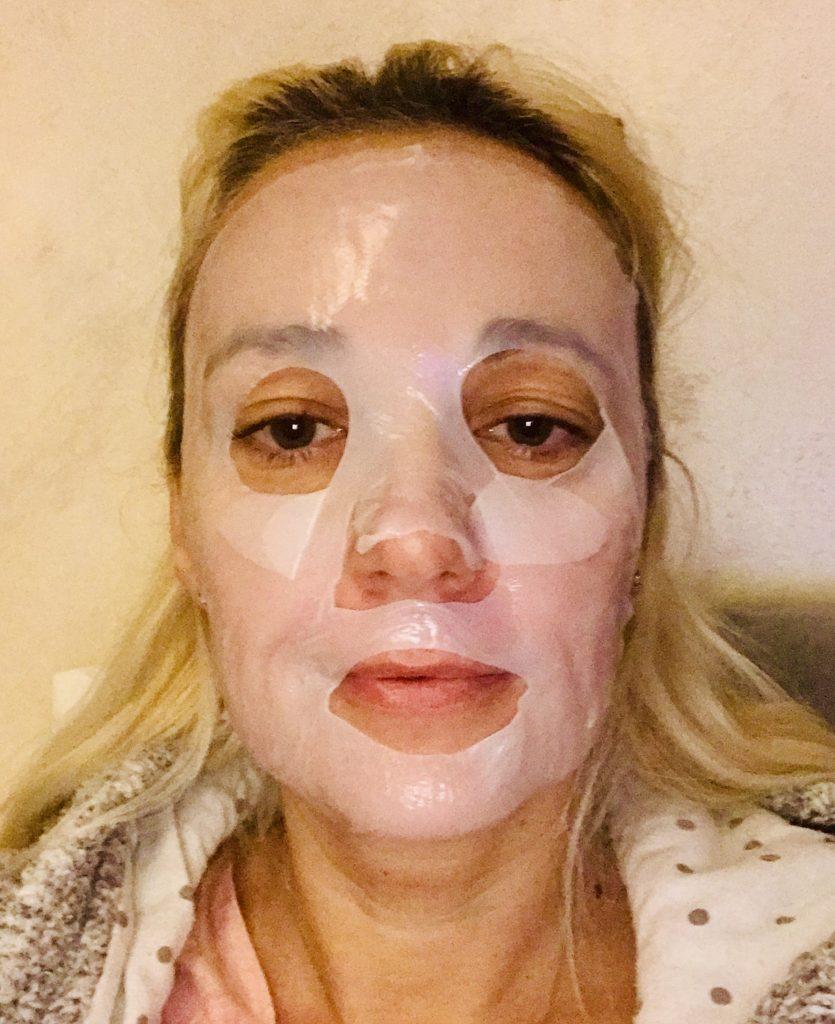 Quel glamour avec l'application d'un masque en tissu de Forever à l'aloe vera.