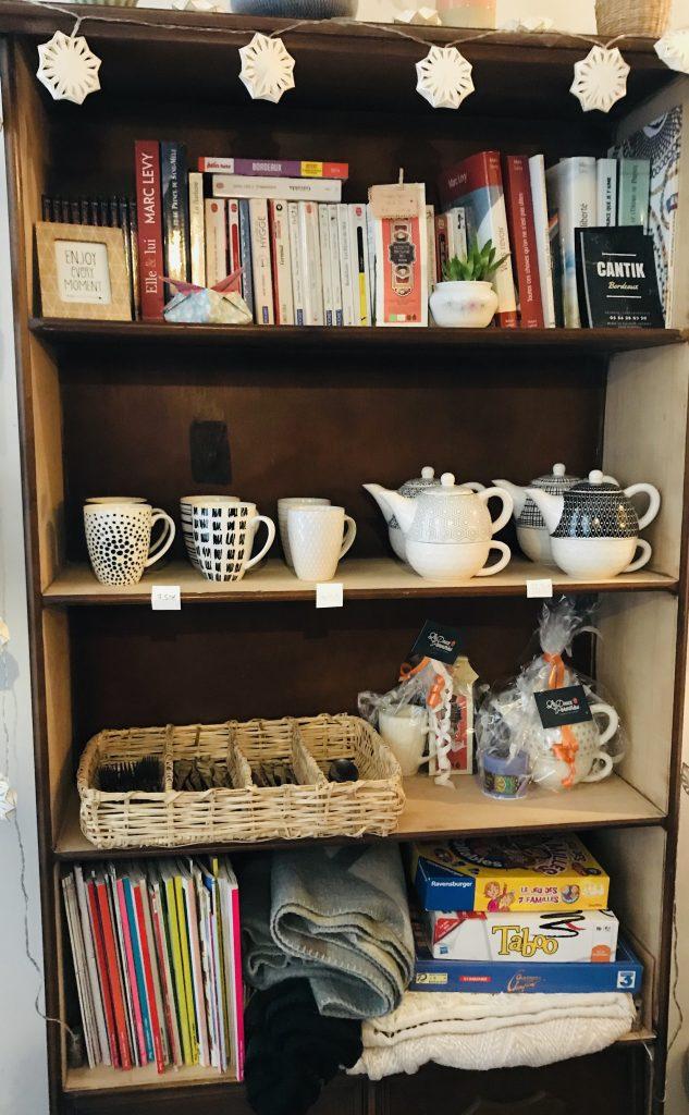 L'armoire qui vous permet de vous sentir comme à la maison : les livres, les  couvertures, les jeux de société ...