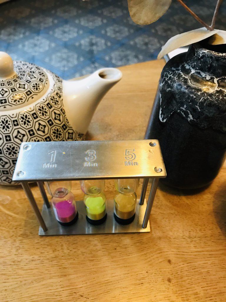 Le sablier du temps des infusions. Virginie nous conseille le temps idéal pour apprécier au mieux notre thé.