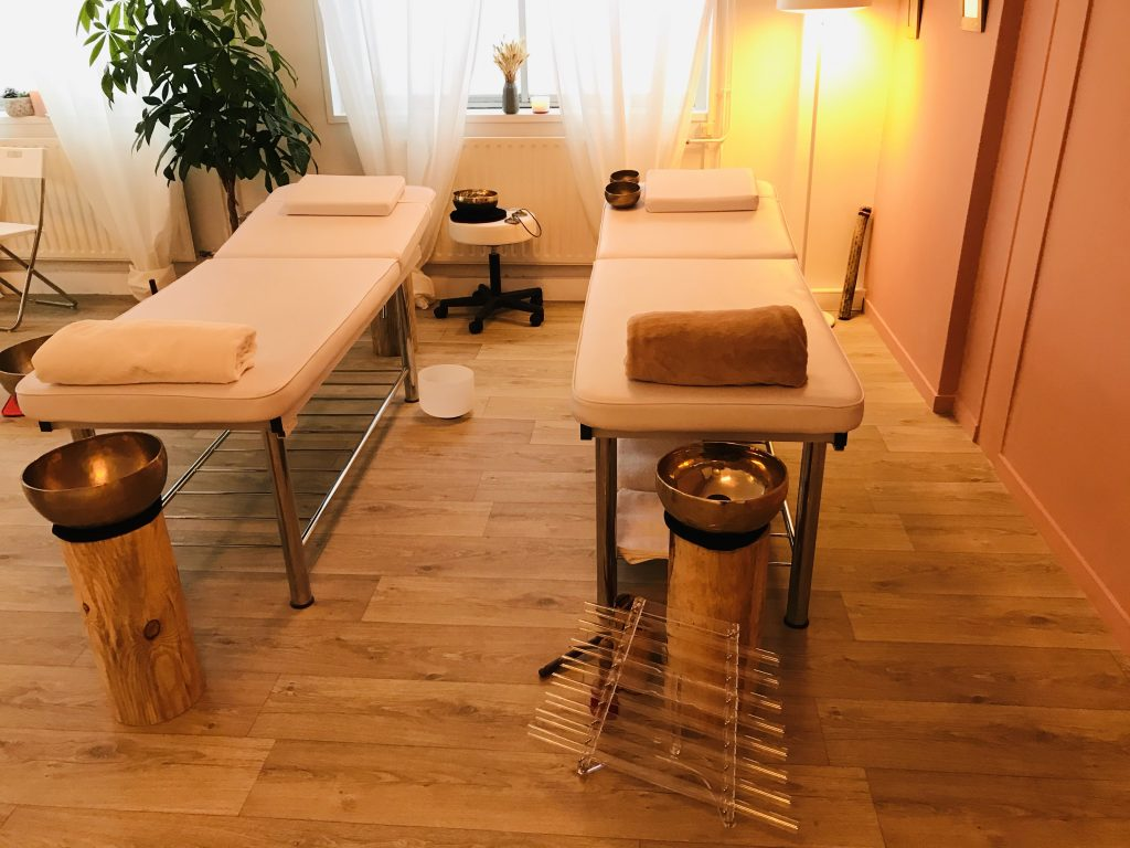 Les lits sur lesquels se déroulent les massages sonores.
