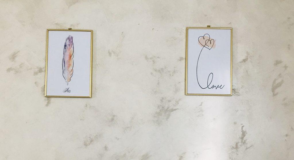 Mon duo d'affiches Love et Air de Bimago sur un des murs de mon salon.