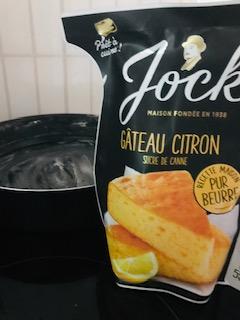 En pleine préparation d'un gâteau au citron.