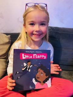 Mimi avec son livre Little Nappy