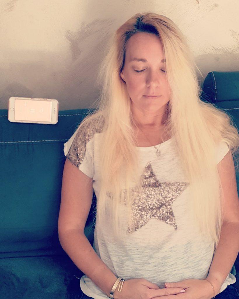 En pleine séance de méditation avec l'application Namatata.