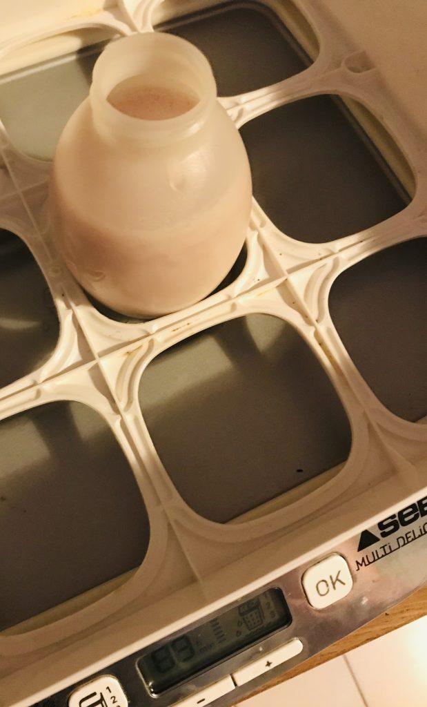 Mise en place des yaourts à boire dans la yaourtière.