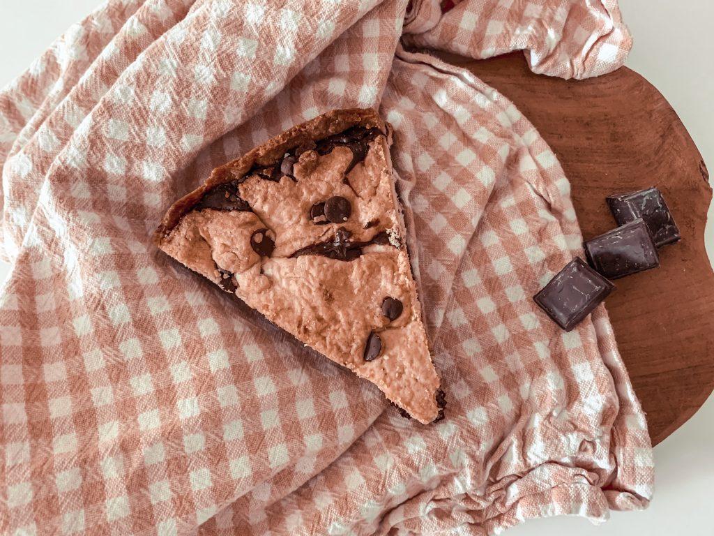 Une part de cookie géant à la pâte à tartiner.